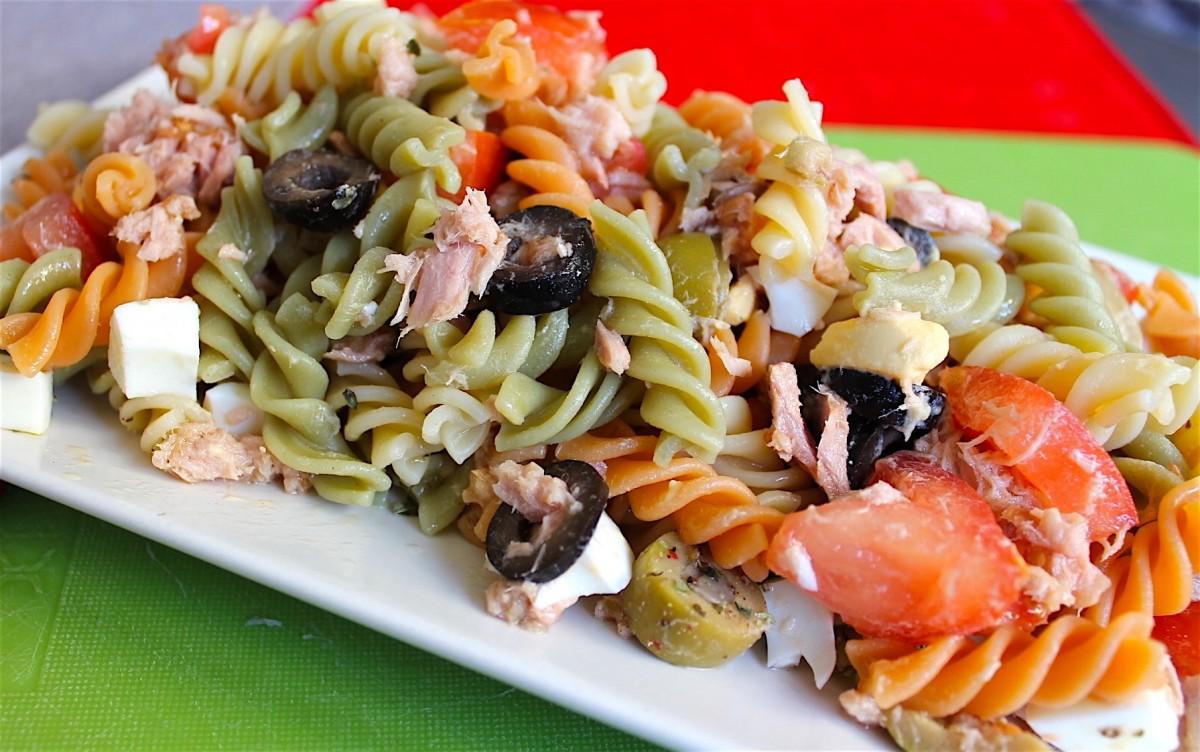 En un bol mezclamos la pasta con el tomate, el huevo, las aceitunas y el  atún escurrido. Añadimos orégano al gusto y aliñamos con pimienta, sal,