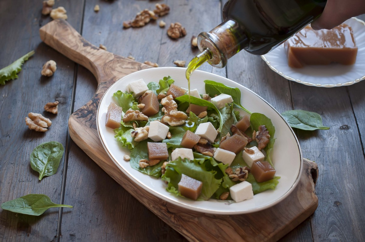 green salad with quince, cheese and walnuts