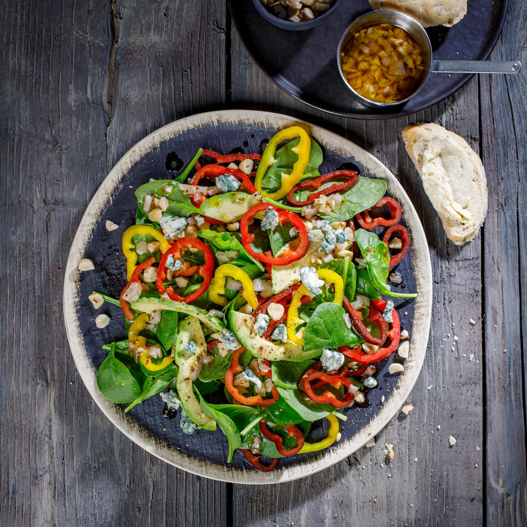 Spinach salad with sweet pointed pepper