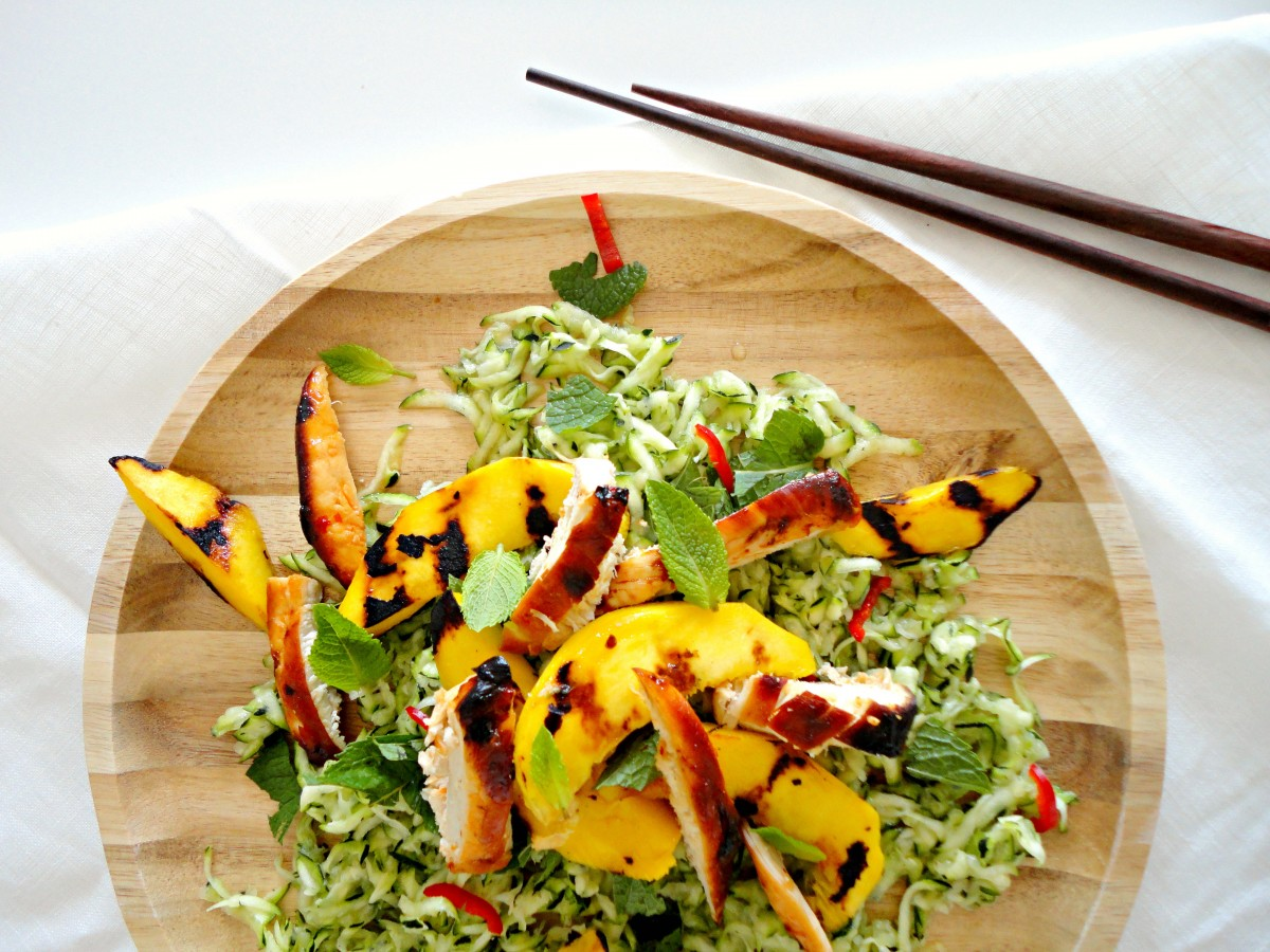 Tropical salad with zucchini, grilled mango and spicy chicken