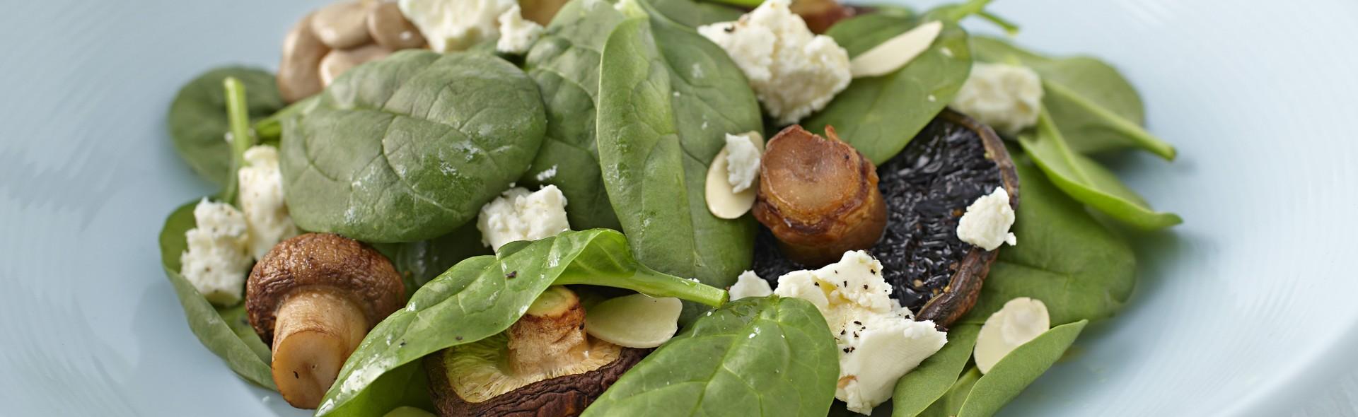 spinat salat mit gebratenen pilzen und mariniertem feta. Black Bedroom Furniture Sets. Home Design Ideas