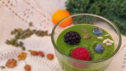 Batido verde de col rizada, espinacas y fruta