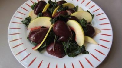 Salade de betteraves et pommes avec du chou kale de Russie
