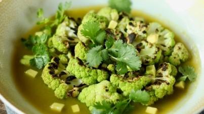 Couve-flor verde assada com molho de pozole verde