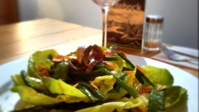 Kopfsalat mit grünen Bohnen, Anchovis und gebratenem Knoblauch