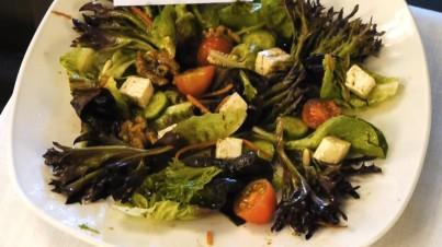 Blattsalat mit Cherrytomaten, Gurken und Walnüssen