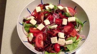 Salade italienne classique avec dressing au vinaigre de vin rouge