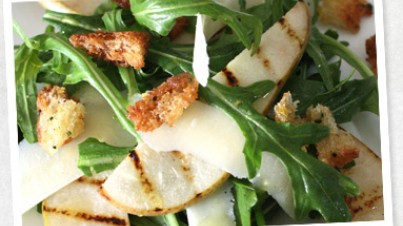 Salade van gegrilde peer, rucola en Parmezaanse kaas