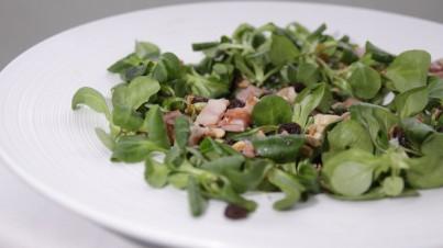 Feldsalat mit Rosinen und Speck und Honig-Senf-Dressing