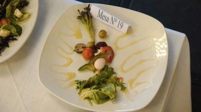 Salade mixte aux tomates cerise, concombres cocktail à la sauce moutarde