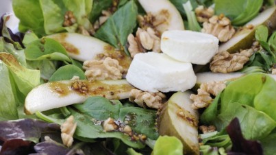 Herbstlicher Salat mit Birnen und Ziegenkäse