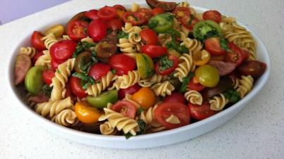 Ensalada de pasta con tomates dulces