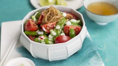 Salade de tomates aux haricots mangetout et oignons frits au lait de coco