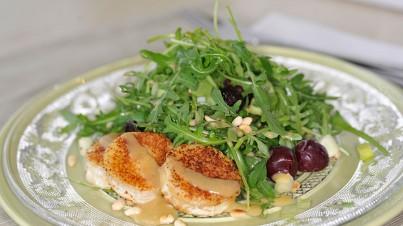 Salat mit Ziegenkäse und Rucola mit Kirschdressing