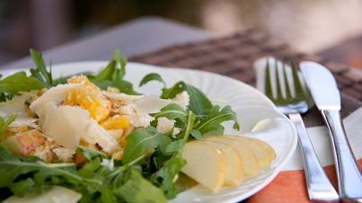 Ensalada de rúcula, fruta y nueces