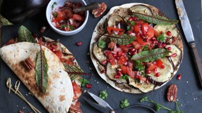 Vegetarische wraps met aubergine en salsa van granaatappel