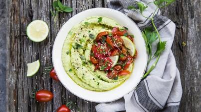 Avocado hummus met tomaat