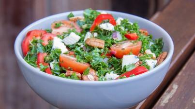 Grünkohlsalat mit Blauschimmelkäse und Pekannüsse