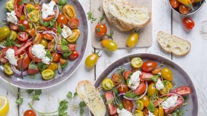 Bonte tomatensalade met buffelmozzarella en granaatappeldressing
