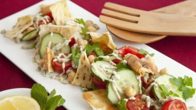 Fattoush salade met yoghurtdressing van gegrilde aubergine