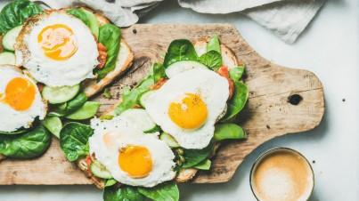 Frühstückstoast mit Spiegeleiern und Gemüse