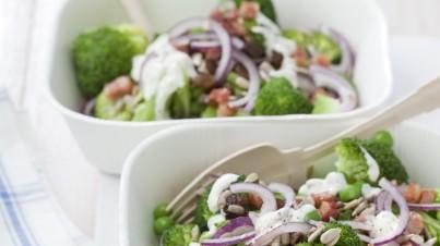 Brokkoli-Salat mit Erbsen und Rosinen