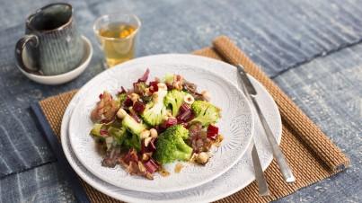 Broccolisalade met snijbiet en hazelnoten