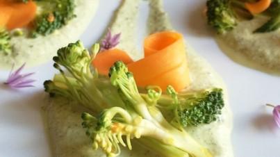 Crema ai semi di canapa sativa e valeriana con broccoli marinati e carote