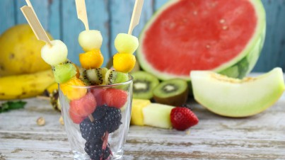 Refreshing fruit kebabs for parties