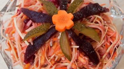 Ensalada de col y patatas, con pepinillo, remolacha roja y zanahoria