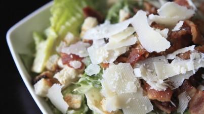 Caesar-Salat mit Romanasalat-Herzen