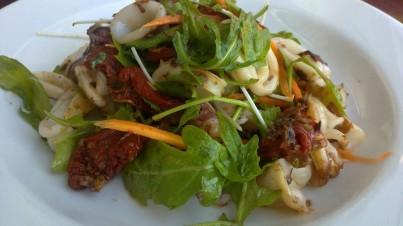 Salade de calamares avec tomates séchées et carottes