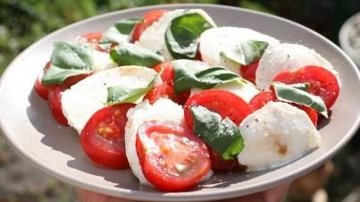 Ensalada de tomate con mozzarella, ajo y albahaca