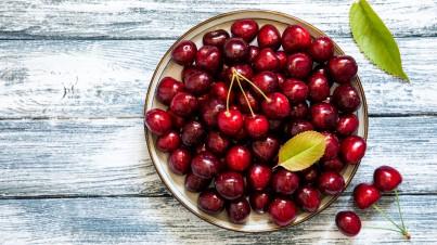 Tapas de chorizo y cerezas