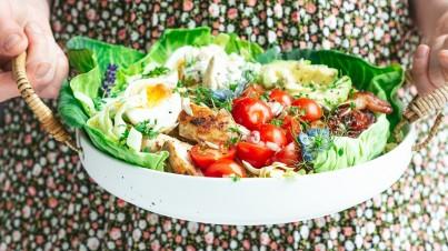 Mini-Salatkohl Cabbisi mit gegrilltem Hähnchen und glasiertem Speck - Cobbsalat