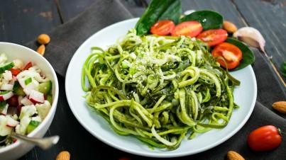 Spaghetti de courgettes au pesto avec des tomates grillées