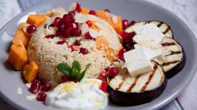 Couscous met gegrilde aubergines, zoete aardappel, granaatappel pitjes en een frisse yoghurt munt saus