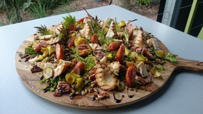 Салат из жареных на гриле персиков и колбасок с маринованными огурчиками