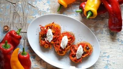 Crostoni con Peperone Sweet Palermo®, caprino, olive taggiasche e capperi