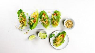 Knapperige crunchy cos blaadjes met pittige zelfgemaakte Pad Thai