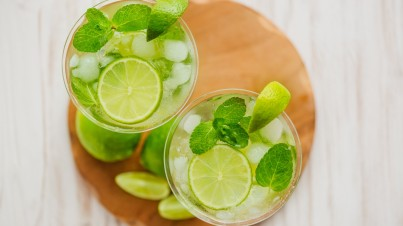 Zomerdrankje met limoen en doperwten