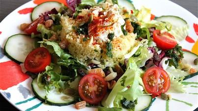 Ensalada cuscús, pepino y hummus de garbanzos con vinagreta de hierbabuena
