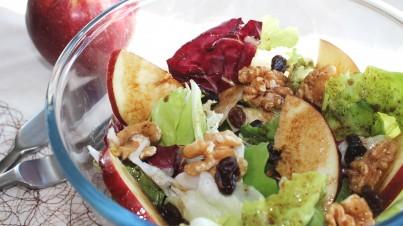 Salade aux pommes, noix et raisins