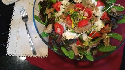 Ensalada de lechuga morada, germinados y coliflor aliñada con vinagreta de berenjena y vino blanco