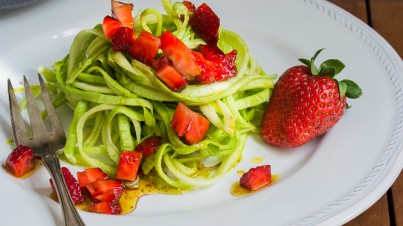 Zucchini-Spaghetti mit Erdbeeren