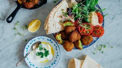 Falafel van bloemkool met Libanees platbrood, tomatensalade en yoghurtdip