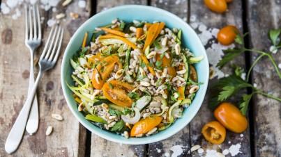 Salade met farro, snacktomaatjes, wortel, courgette en bleekselderij