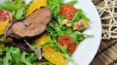 Gemischter Blattsalat mit Entenbrust à l'orange