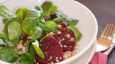 Feldsalat mit Roter Bete und Walnüssen