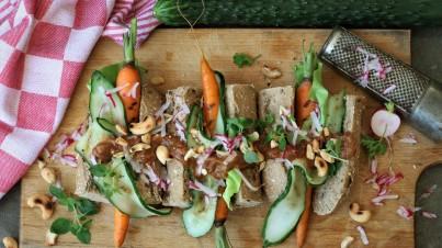 Vegetarische hotdog met wortel en komkommer